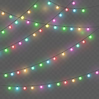Kerstlichten. kleurrijke heldere kerstslinger. kleuren slingers, rode, gele, blauwe en groene gloeilampen. neon verlichte leds op transparante achtergrond.