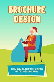 Kerstman bedrijf zak met geschenken. bebaarde kerstman in rood kostuum en pet met zak presenteert platte vectorillustratie