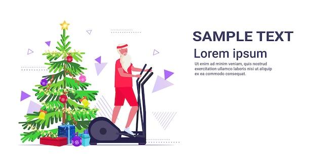 Kerstman doet oefeningen op stepper loopband bebaarde man training cardiotraining gezonde levensstijl concept kerstmis nieuwjaar vakantie feest