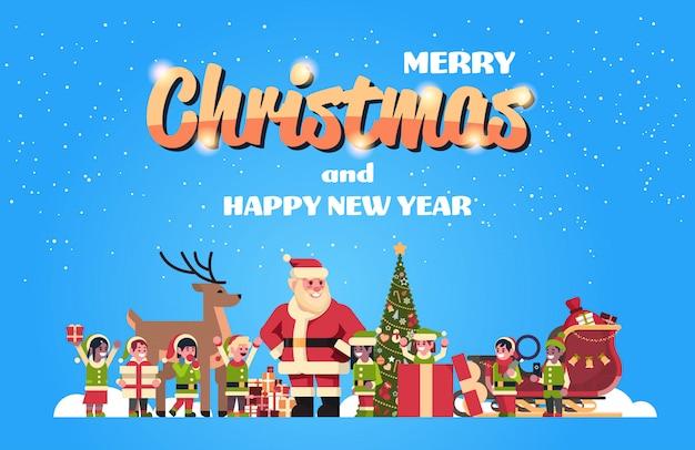 Kerstman elfen rendieren in de buurt van dennenboom decoratie geschenkdoos kerstmis vakantie nieuwjaar concept plat horizontaal
