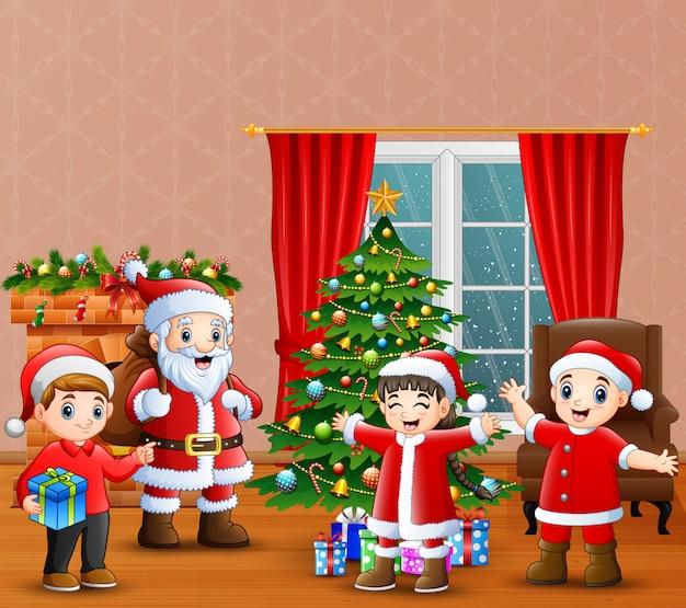 Kerstman en kinderen vieren een kerst in het huis