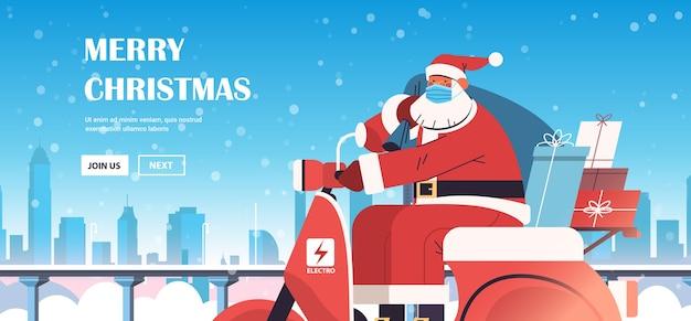 Kerstman in masker rijden scooter geschenken leveren vrolijk kerstfeest gelukkig nieuwjaar vakantie viering concept winter stadsgezicht achtergrond horizontale kopie ruimte vectorillustratie