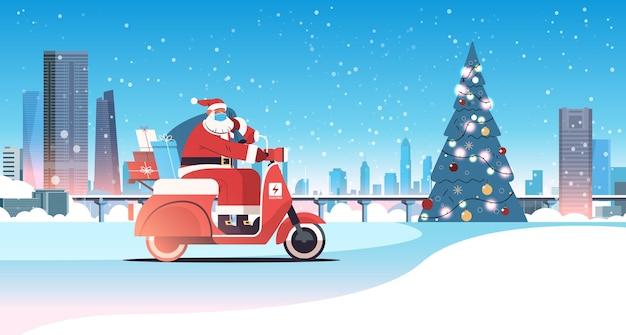 Kerstman in masker rijden scooter geschenken leveren vrolijk kerstfeest gelukkig nieuwjaar vakantie viering concept winter stadsgezicht achtergrond horizontale vectorillustratie