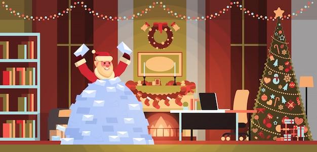 Kerstman in stapel van wensenlijsten inkomende brieven van kinderen vrolijk kerstfeest gelukkig nieuwjaar concept plat horizontaal
