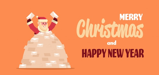 Kerstman in stapel wensenlijsten inkomende brieven