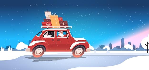 Kerstman levert geschenken op rode auto vrolijk kerstfeest gelukkig nieuwjaar vakantie viering concept winter stadsgezicht achtergrond horizontale vectorillustratie