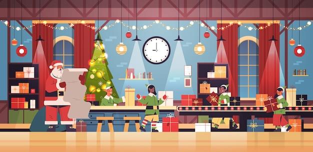 Kerstman met elfjes zetten van geschenken op machines lijn transportband gelukkig nieuwjaar kerstvakantie viering concept moderne workshop interieur horizontale vectorillustratie