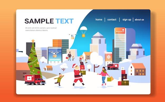 Kerstman met geschenkdozen mensen met boodschappentassen wandelen buiten voorbereiden op kerstmis nieuwjaar vakantie mannen vrouwen online winkelen winter stadsgezicht bestemmingspagina