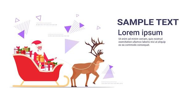 Kerstman rijden in slee met rendieren vrolijk kerstfeest gelukkig nieuwjaar wintervakantie viering concept sjabloon