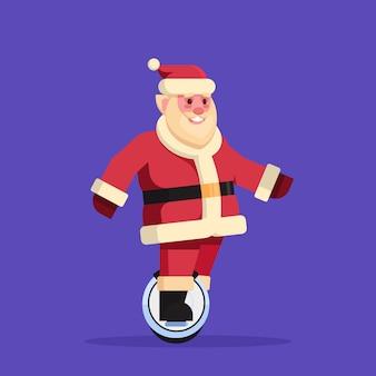 Kerstman rijdt elektrische mono wiel scooter voor kerstmis