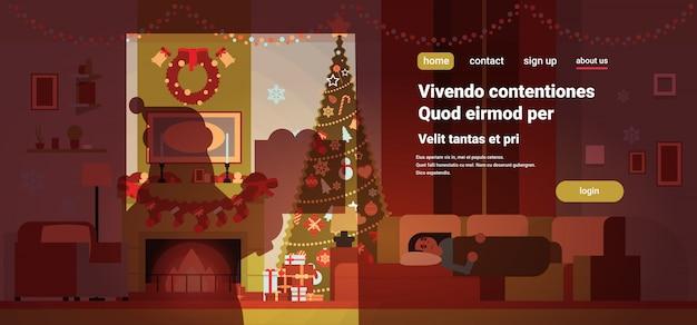 Kerstman schaduw sluipen in woonkamer ingericht voor kerstmis nieuwjaar vakantie vrouw slaap op sofa pijnboom open haard huis interieur concept platte kopie ruimte