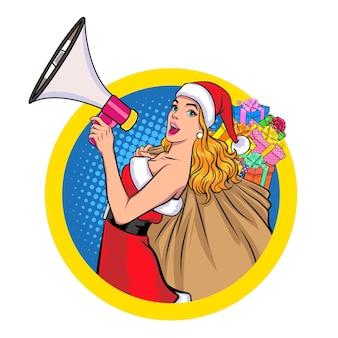 Kerstmanvrouw die megafoon vasthoudt en cadeauzakje op cirkelteken draagt in retro vintage pop art comic style