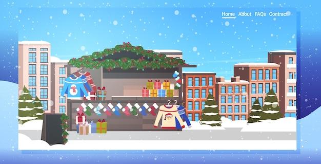Kerstmarkt of vakantie buiten eerlijke vrolijk xmas wintervakantie viering concept stadsgezicht sneeuwval