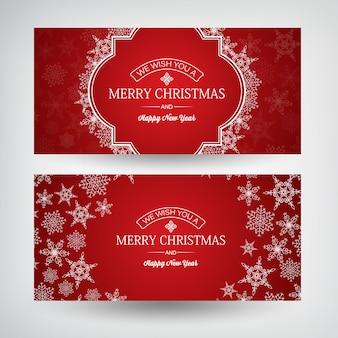 Kerstmis en gelukkig nieuwjaar horizontale banners met groetinscripties en mooie sneeuwvlokken op rood