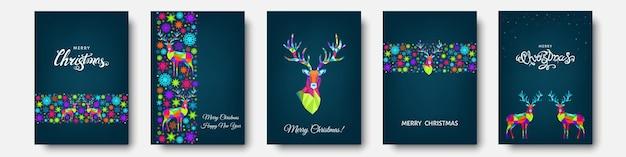 Kerstmis en gelukkig nieuwjaar patroon. veelhoekige xmas rendieren en sneeuwvlokken. heldere kleurrijke boom decoratie op blauwe achtergrond. vector sjabloon voor dekking, wenskaart.