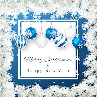 Kerstmis en nieuwjaar achtergrond met blauwe kerstballen, fir branch en sneeuw voor xmas design.