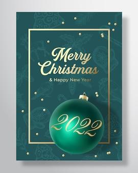 Kerstmis en nieuwjaar vector wenskaart, poster of patroon achtergrond. groene en gouden kleuren, glitter en typografie. xmas toy bal met zachte schaduwen. vakantie social media decoratie banner.