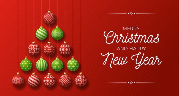 Kerstmis en nieuwjaarsgroet. creatieve kerstboom gemaakt door glanzende rode en groene ballen op rode achtergrond