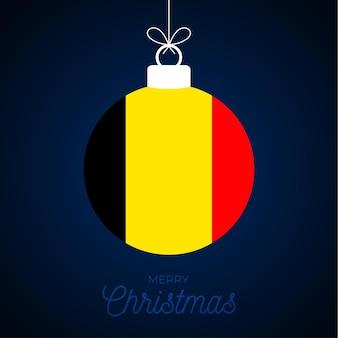 Kerstmis nieuwjaarsbal met de vlag van belgië. wenskaart vectorillustratie. merry christmas ball met vlag geïsoleerd op een witte achtergrond
