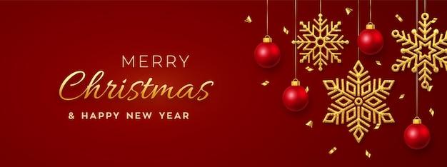 Kerstmis rode achtergrond met hangende glanzende gouden sneeuwvlokken en ballen
