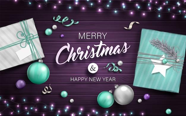 Kerstmisachtergrond met giftdozen, snuisterijen en slingers