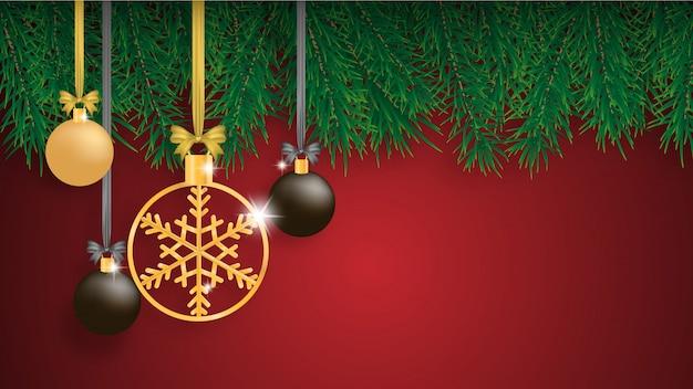 Kerstmisachtergrond met pijnboombladeren en hangende decoratie.