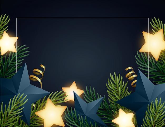 Kerstmisachtergrond met sparrentakken, gloeiende sterren, gouden serpentines en document sterren. donkere achtergrond met copyspace.