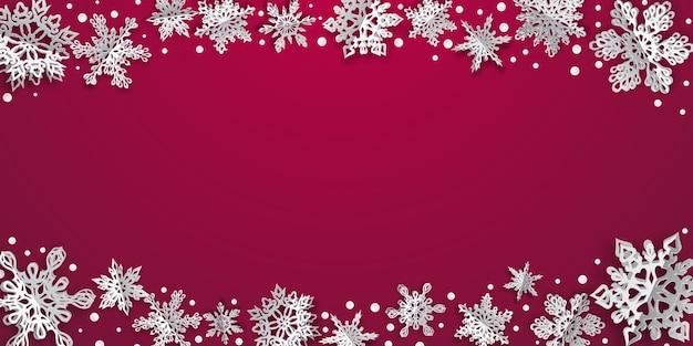 Kerstmisachtergrond met volumedocument sneeuwvlokken met zachte schaduwen op karmozijnrode achtergrond