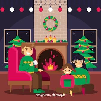 Kerstmisfamilie door de open haardachtergrond
