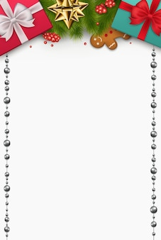 Kerstmissamenstelling met nieuwjaarsgeschenken, pijnboomtakken, koekjes, ornamenten op witte achtergrond. feestelijk decor bovenaanzicht.