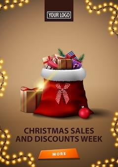 Kerstmisverkoop en kortingenweek, verticale bruine kortingsbanner met santa claus-zak met cadeaus
