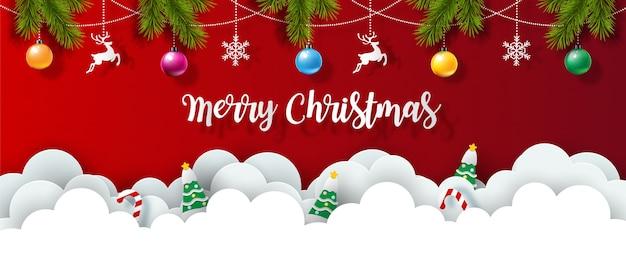 Kerstobjecten met kerstbelettering en dennenbladeren versierd op rode achtergrond en witte wolken in papierstijl. mooie kerst wenskaart.