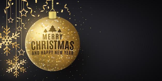 Kerstomslag versierd met hangende gouden ballen, sterren en sneeuwvlokken.
