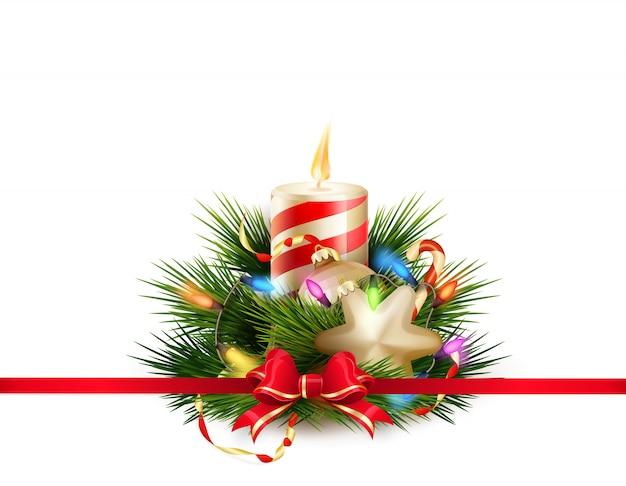 Kerststilleven met kaarsen en ballen.