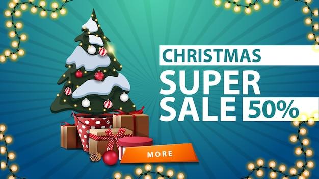 Kerstsuperverkoop, tot 50 korting, blauwe kortingsbanner met kerstboom in een pot