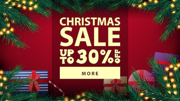 Kerstuitverkoop, tot 30% korting, mooie rode kortingsbanner met kerstboomframe met gele bollenslinger en geschenken, bovenaanzicht
