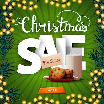 Kerstuitverkoop, vierkante groene kortingsbanner met grote volumetrische letters, knop en koekjes met een glas melk voor de kerstman