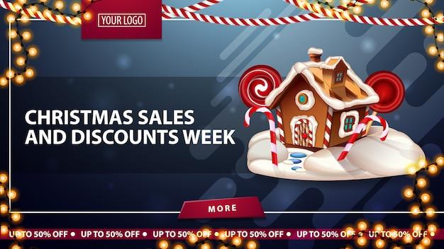 Kerstverkoop en kortingsweek, blauwe kortingsbanner met slingers, knop, plaats voor uw logo en kerstpeperkoekhuis