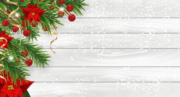 Kerstversiering met poinsettia, dennenboom, hulstbessen en decoratieve gouden linten.