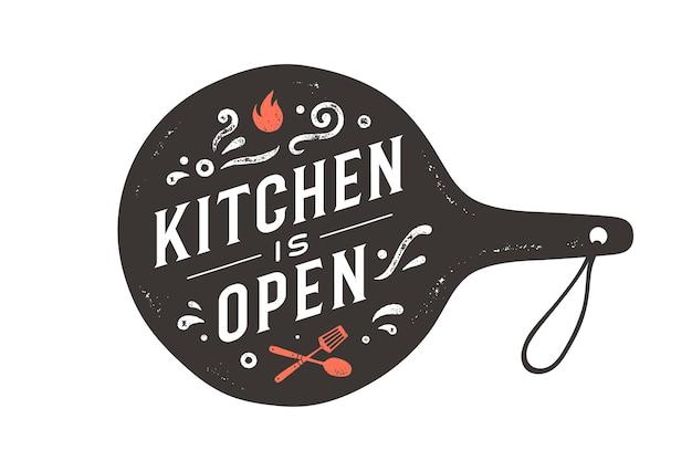 Keuken is geopend. wand decor, poster, teken, offerte. poster voor keukenontwerp met snijplank en kalligrafie belettering tekst keuken is open. uitstekende typografie. vectorillustratie