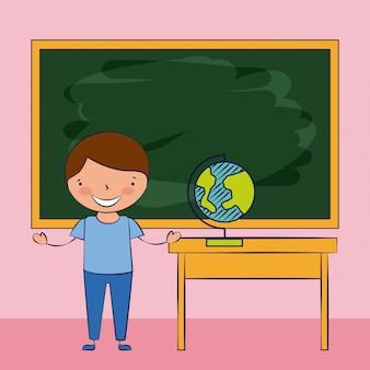 Kind dat op klaslokaal, terug naar school glimlacht