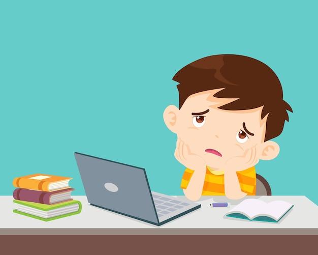 Kind jongen verveeld van studeren voor de laptop kind van thuis e-learning of online onderwijs