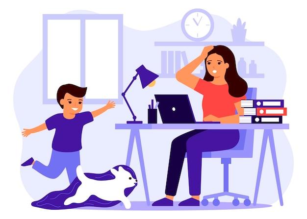 Kind maakt lawaai en stoort moederwerk vanuit huis. vrouw op afstand werken vanuit huis met kind. jongen rennen en spelen met hond.