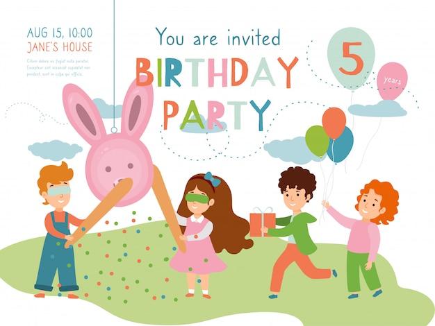 Kind verjaardagsfeestje uitnodiging illustratie. geboortefeest in de kindertijd. kinderen stripfiguren spelen pinata.