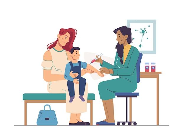 Kind zit op moeders handen verpleegster die hem vaccinatie in de kliniek maakt
