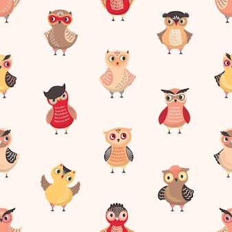 Kinderachtig naadloos patroon met leuke grappige babyuilen op lichte achtergrond.