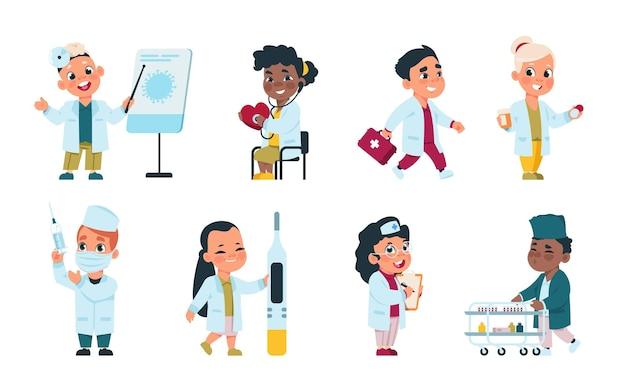 Kinderartsen. leuke stripfiguren die verpleegsters spelen met medische apparatuur en verkleed als artsen. vector grappige kinderen in witte kleding spelen met medicijnen apparatuur op witte achtergrond