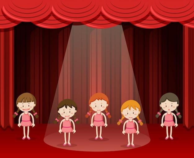 Kinderen balletdansen op het podium
