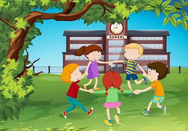 Kinderen cirkelen rond in het park
