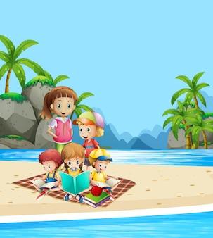 Kinderen die boeken op het strand lezen